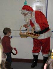 Le père Noel en visite à l'école, Un Jour En France, Londres N18